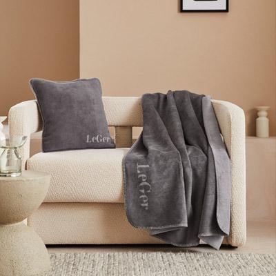 Beiges Sofa mit grauer Decke
