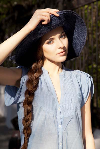Frau mit Hut und Zopf