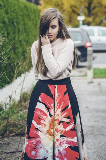 Frau mit Blumenrock - Bild 2