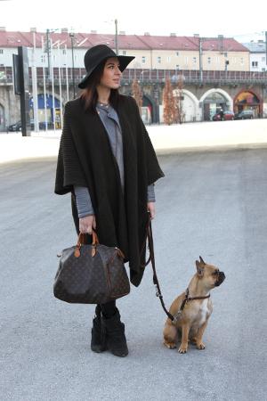 Frau mit Hund, Cape, Hut und Tasche