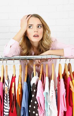 Frau ratlos im Kleiderschrank