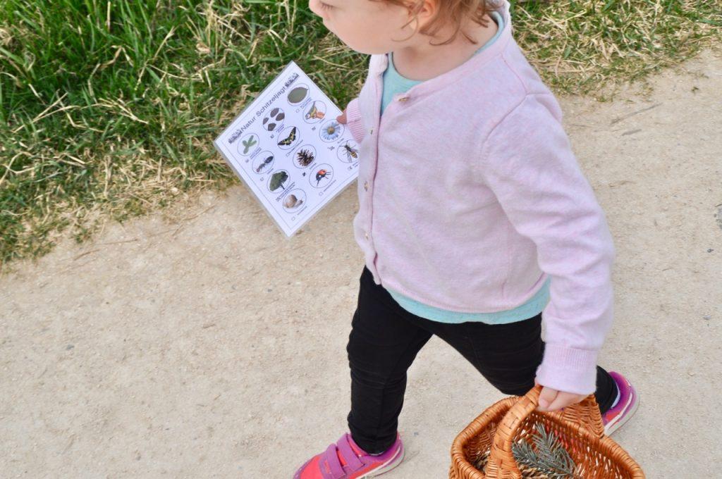 Kind mit Korb und Zettel