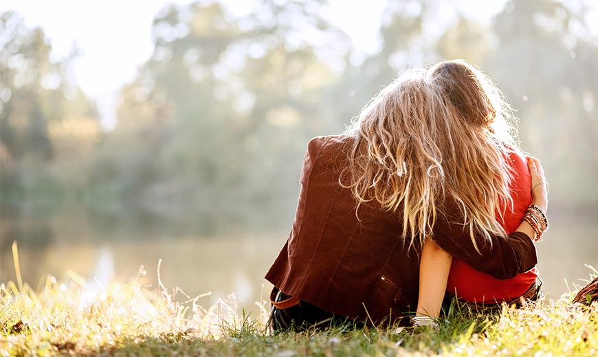 Zwei Frauen umarmen sich