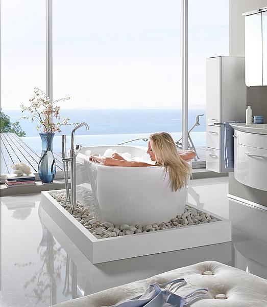 Gesund durch den Winter: Frau in der Badewanne