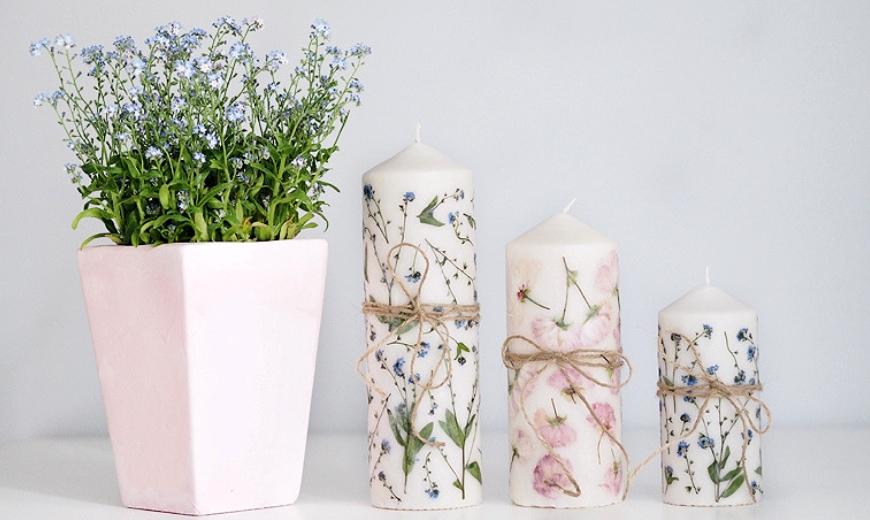 getrocknete Blumen auf Kerzen