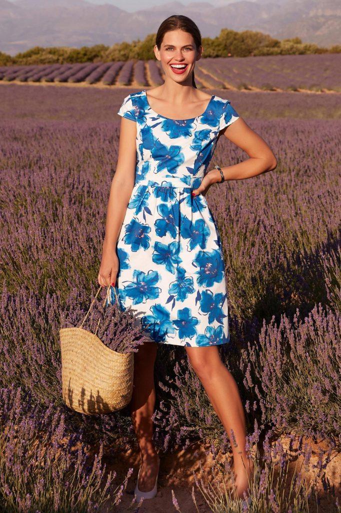 Farbtrend Weiß und Blau: Kleid mit Blumendruck