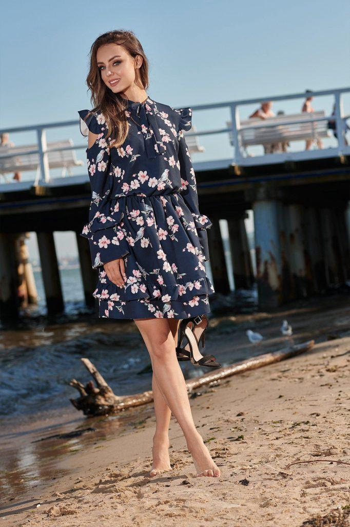 Farbtrend Weiß und Blau: Freizeitkleid mit feinem Muster