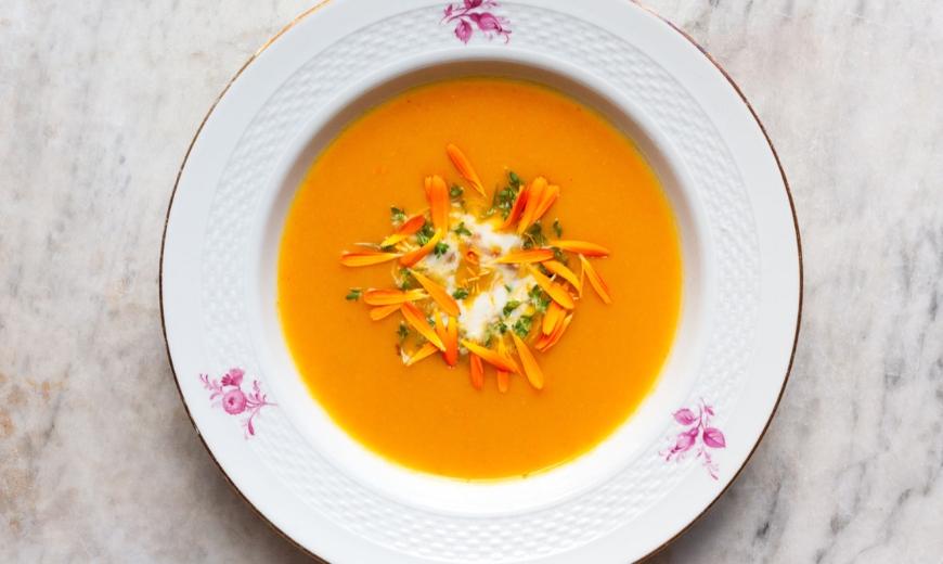 Selbstgemachte Kürbis-Karottensuppe